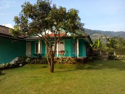 Villa Hijau tampak depan dan halaman