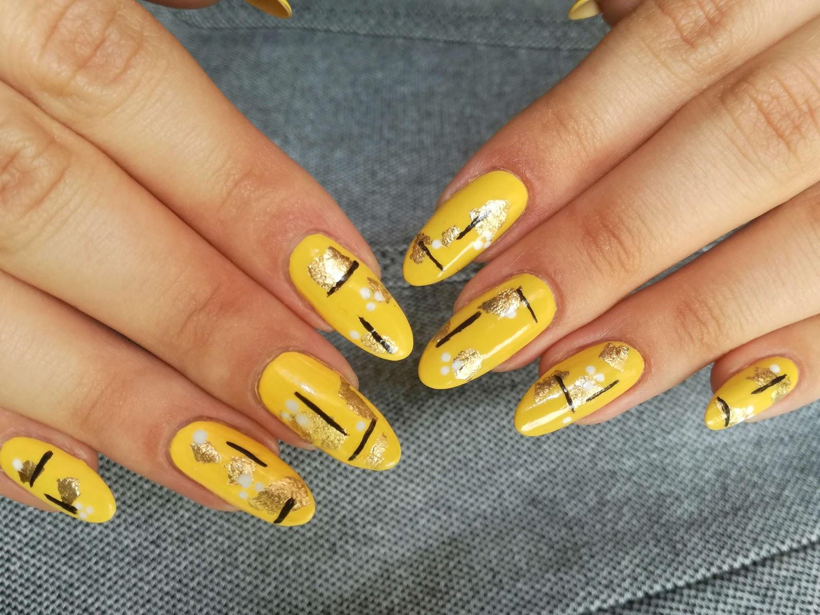 obie dłonie żółte zdobienie