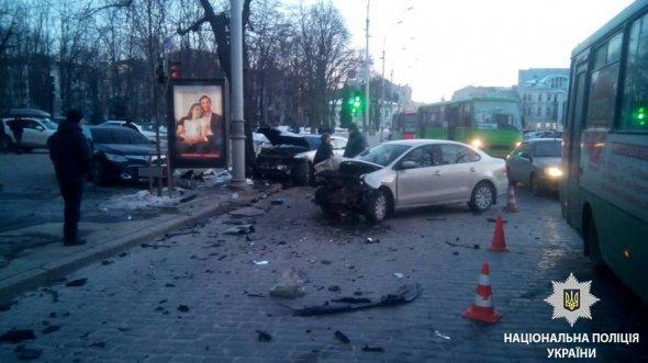 """У центрі Харкова зіткнулися два """"Мерседеси"""", """"Тойота"""" та """"Фольсваген"""""""