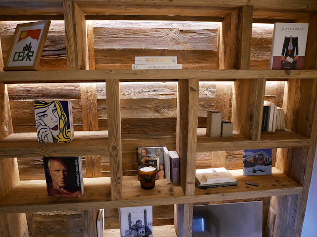 Wood, wood everywhere - bookshelves in Chalet Braye