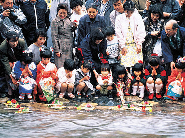 Nagashi-bina Festival, along the Sendaigawa River in Mochigase, Tottori Pref.