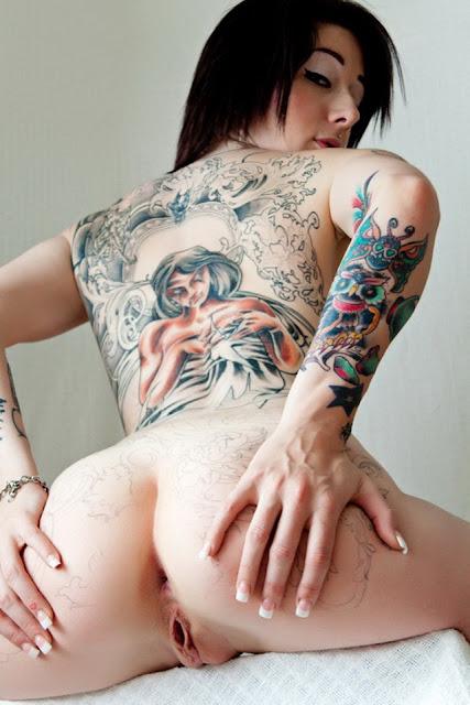 tatuada mostranda a xaninha aberta