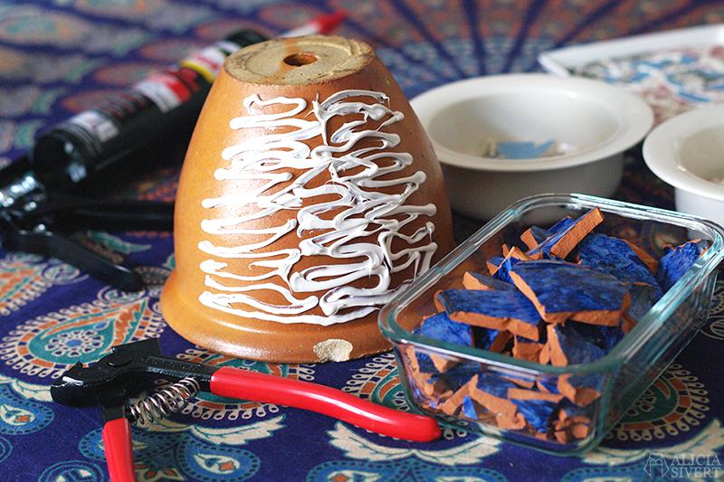 aliciasivert alicia sivert sivertsson monthly makers mosaik mosaic återbruk remake diy do it yourself gör det själv skapa skapande kreativitet utmaning bloggutmaning hantverk keramik porslin återanvända återanvändning loppisfynd loppis begagnat krossat krossad keramikskärvor skärvor skärva kakelfog kakellim kakel fog lim kruka krukväxt flower pot