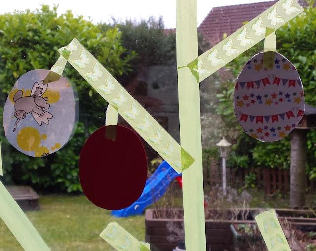 DIY: Unser Masking Tape Osterbaum. Hier kommt eine einfache Anleitung, wie Ihr Euren Baum als Fensterbild zu Ostern selber klebt!