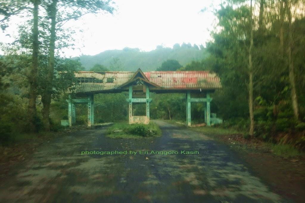 Jalan ke Gunung Papandayan hanya sedikit yang rusak, menjelang gerbang