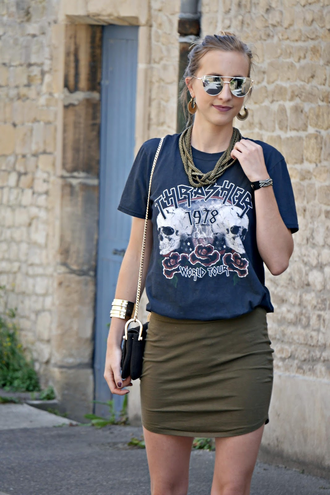 tee-shirt rock - jupe kaki - lunettes de soleil