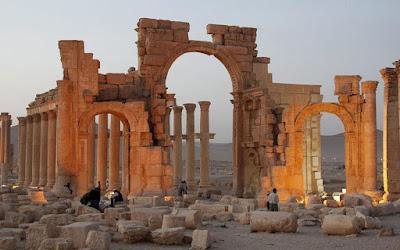 Το Ρωμαϊκό θέατρο και το Τετράπυλο της Παλμύρας στο έλεος του ISIS