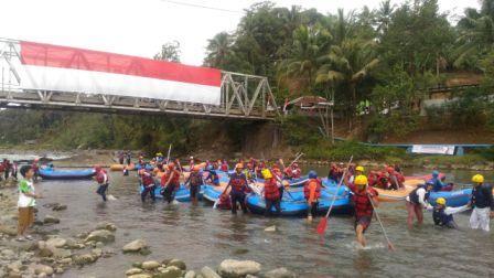 Bendera Raksasa Dibentangkan Pada Acara BannyuWoong River Carnival 7 di The Pikas