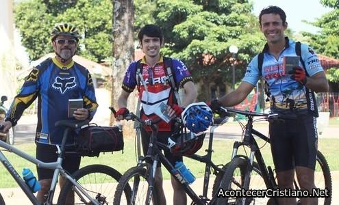 Grupo de misioneros reparten Biblias en bicicleta