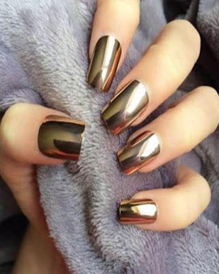 diseño de uñas espejo doradas de moda