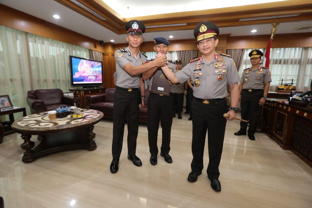 Kapolri Memimpin Upacara Kenaikan Pangkat Luar Biasa (KPLB) Anggota Polri Atas Prestasinya Membawa Timnas Sepak Bola Indonesia Menjadi Juara Piala AFF U-22
