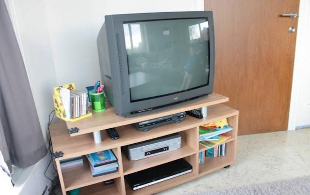 Oude tv met meubel te koop