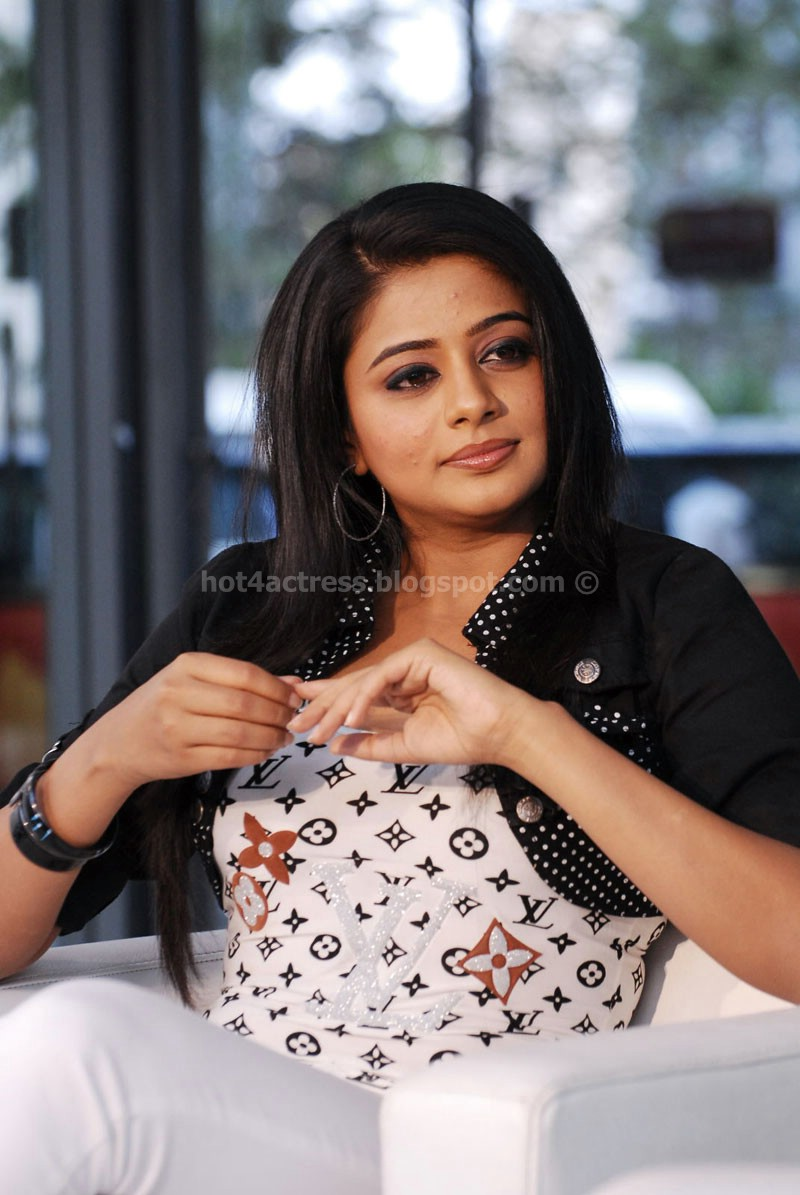 Priyamani latest hot pics