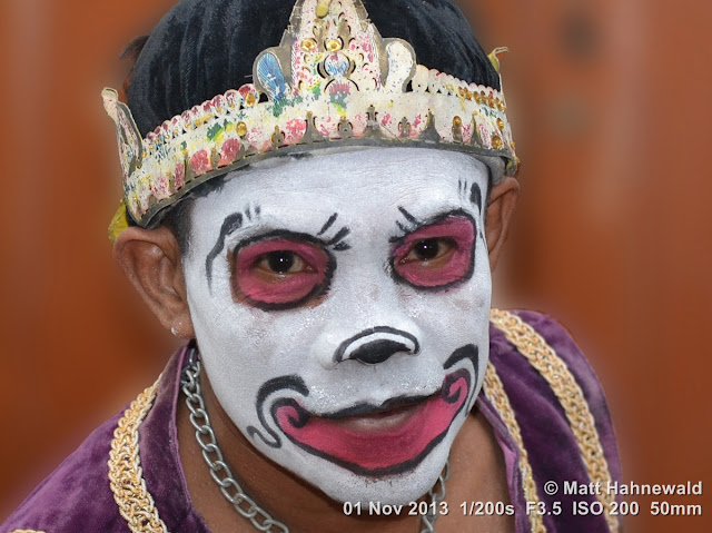 photo, portrait, Facing the World, © Matt Hahnewald, artist, 50 mm prime lens, Nikon DSLR D3100, make-up, actor, performer, mask, Indonesia, wayang wong, Java, Javanese dance, wayang orang, dancer, posing, Surakarta