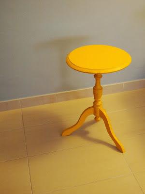mesilla auxiliar restaurada en amarilla, decoración vintage