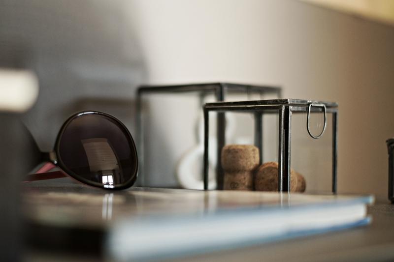 Blog + Fotografie by its me - Rooming Flur, Glas einer Sonnenbrille und Glasboxen