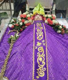 Mons Vincent Huang Shoucheng, bispo fiel ao Papado, no velório na catedral de Mindong com mitra e báculo de flores