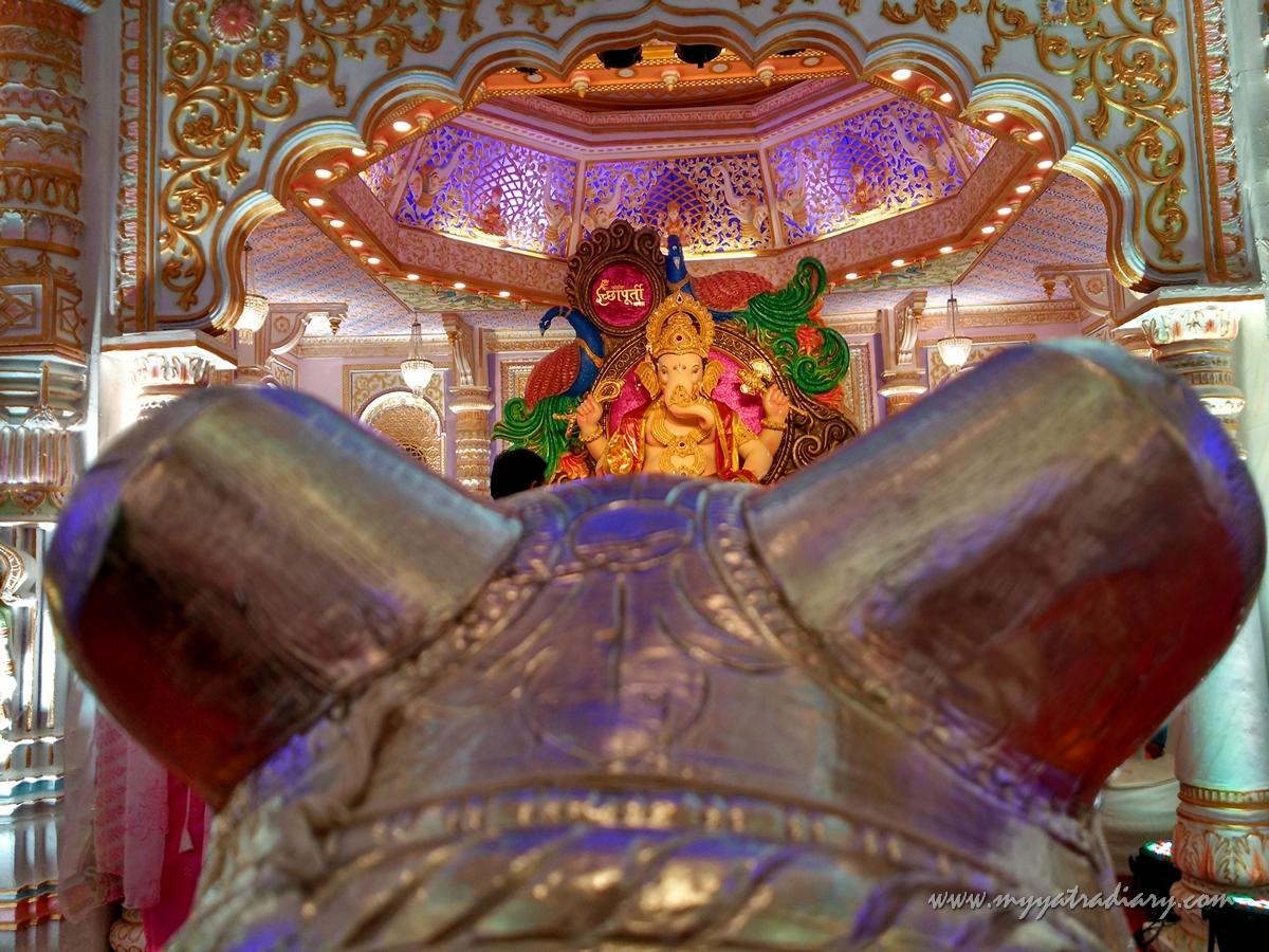 Through the ears, Fort Vibhag Sarvajanik Ganeshotsav Mandal Circle, Fort