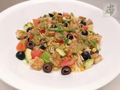 Ensalada Vegana de Tofu, con Pasta, Aguacate y Pesto de Cebollino.