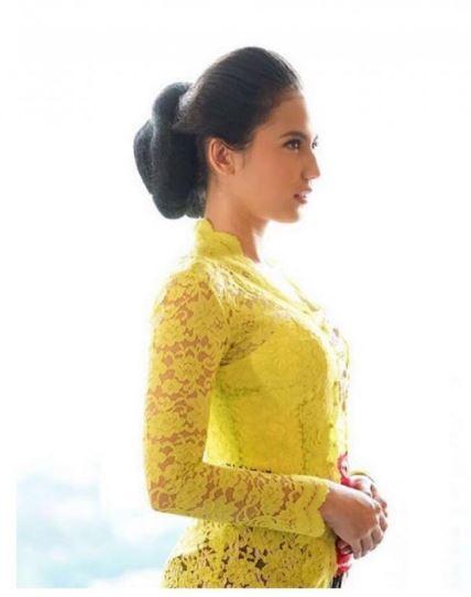 Foto Kebaya Kuning Jawa Klasik Pevita Pearce Busana Pernikahan Kondangan Artis