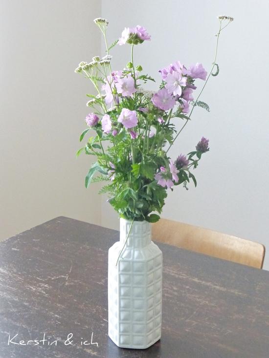 Wiesenblumenstrauß in weißer Vase