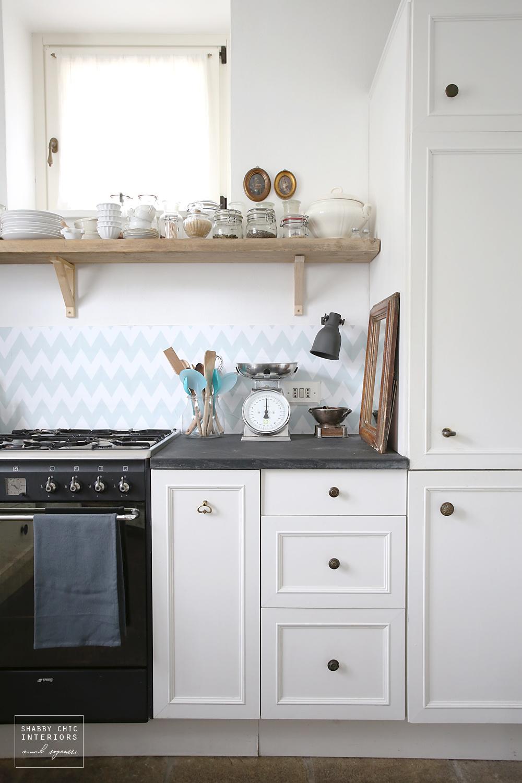 La nuova carta da parati adesiva shabby chic interiors for Carta parati cucina