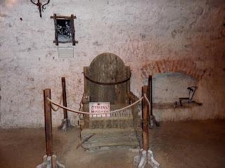 Дубно. Замок. Средневековая пыточная. Стул Моисея