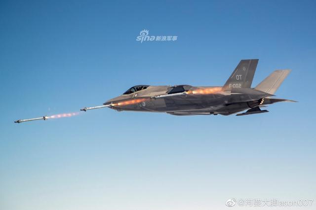 «الطائرة الشبحية F35» آخر ما وصل إليه الطيران الحربي - صفحة 3 Dutch%2BAir%2BForce%2BF-35A%2Bpilots%2Btest%2Bfires%2Bfirst%2BAIM-9X%2Bmissile%2Bin%2BF-35%2B1
