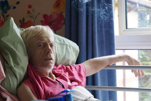 Etapa terminal: abandona hospital para fumar un último porro