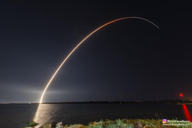 Exposição fotográfica da decolagem de um foguete