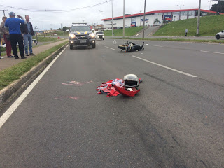 Motociclista bate contra caminhão na Estrada da Ribeira e foi socorrido em estado grave