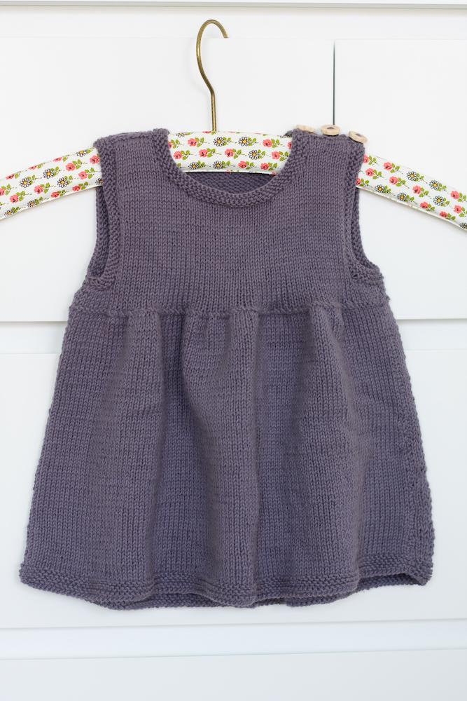 Dagny stickar och virkar  Vårens stickade babyklänningar 85193863ad3bd