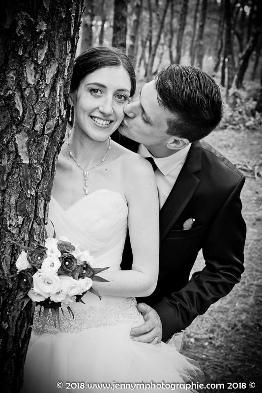 photo portrait des mariés en noir et blanc dans la forêt