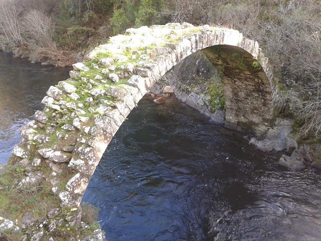 Puente en A Carixa sobre el río Deza en Vila de Cruces
