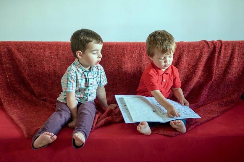 Niños descalzos por casa