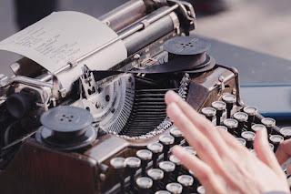 mașină de scris - foto de David Klein - unsplash.com