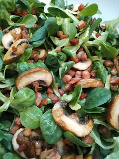 Feldsalat mit gebratenen Speckwürfeln und Pilzen