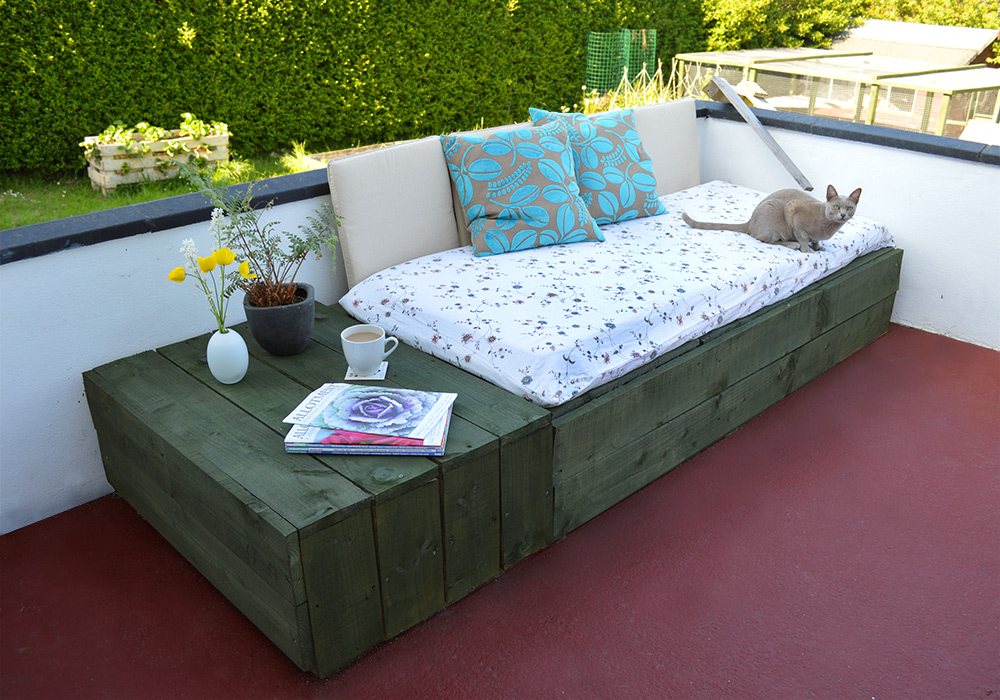 Pallet Project: Patio Day Bed   Lovely Greens