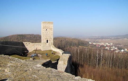 Widok z zamku górnego na dziedziniec zamku dolnego