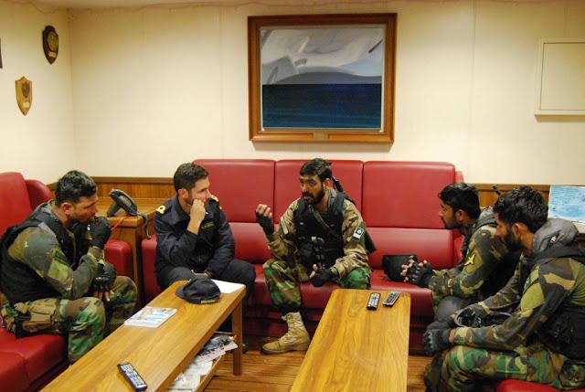 Ejercicios entre el BAM Relámpago y un buque de la Marina de Pakistán