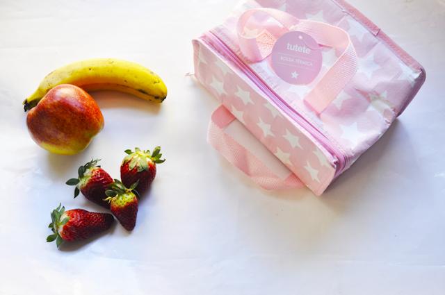 frutas y la bolsa sobre un fondo blanco