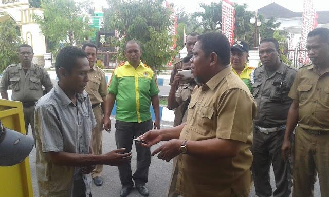 Walikota Tual Saat Menyerahkan Gerobak Sampah Ke Warga Desa Fiditan