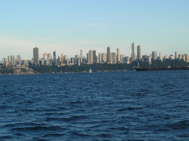 Vista do barco para os belos prédios do Corredor da Vitória em Salvador - Ilha de Itaparica - Bahia - Brasil