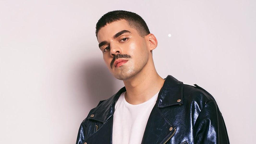 Com os mesmos produtores de Pabllo Vittar, o cantor dá o primeiro passo para a carreira solo com um pop cheio de elementos nacionais.