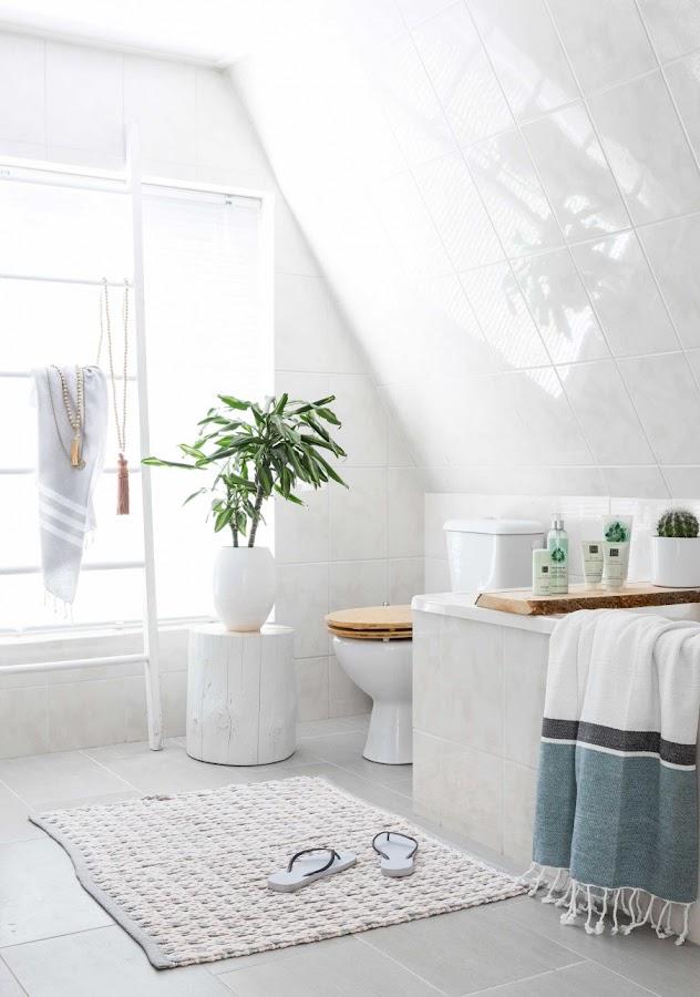 escalera decorativa, escalera madera, tronco decorativo, estilo bohemio, baño blanco, como decorar un baño, plantas interior, tronco decorativo, estilo nordico, nordic style