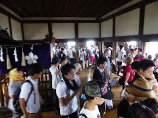 Personas en fila en el interior del Castillo de HImeji