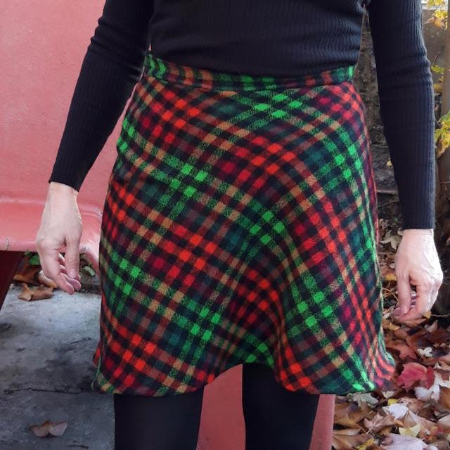 Patron jardin des modes des années 60 / 70  plutôt une jupe patineuse qu'une jupe trapèze  tissu de brocante coupé dans le biais    60s 70s pattern  woolen plaid fabric
