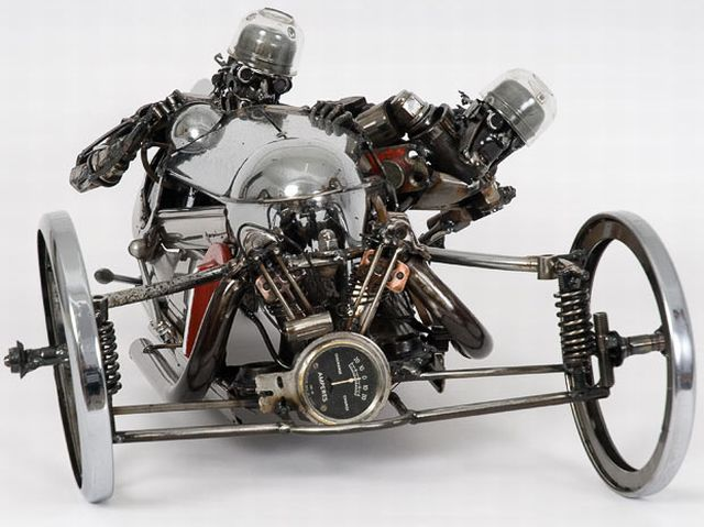 Escultura hecha con partes de autos