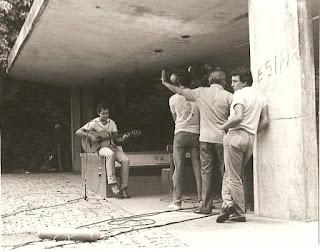 O músico Jailton em ensaio debaixo da parte coberta da Concha Acústica do PEJ em sua época de ouro. Foto: acervo Osmar de Lima Sabiá