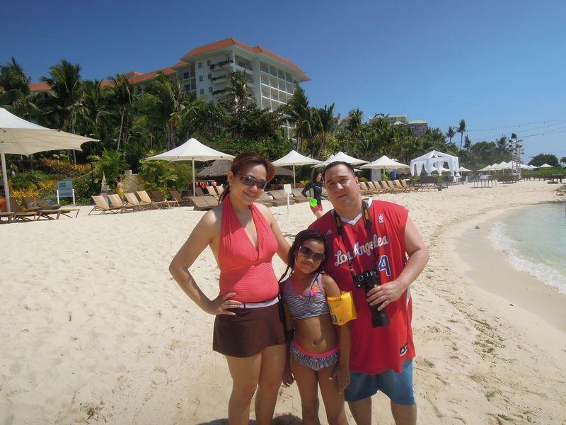A family at the beach of Shangri-La's Mactan Resort and Spa